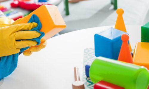 focus sur l'essuyage de jouets en crèche